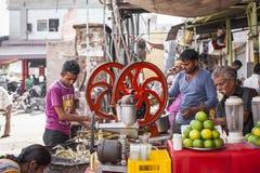 JODHPUR, INDIA - JANUARI 11, 2017: Het typische Indische stadsleven bij Stock Foto