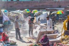 Jodhpur India, Luty, - 24, 20117: mężczyzna pracuje z jackhammer w zatłoczonej ulicie Jodhpur, India Obraz Royalty Free