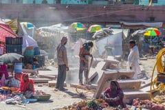 Jodhpur India, Luty, - 24, 20117: mężczyzna pracuje z jackhammer w zatłoczonej ulicie Jodhpur, India Fotografia Royalty Free