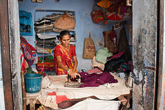 JODHPUR, INDIA - 21 SEPT.: Het werk aangaande de straat, de Indische vrouw Royalty-vrije Stock Fotografie