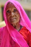 Jodhpur, India, 10 september, 2010: Oud Indisch vrouwengezicht in roze Sari Stock Afbeelding