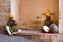 JODHPUR, INDIA - SERT 20: Indische musici in traditionele kleding stock foto's