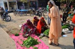Jodhpur, Indien - 2. Januar 2015: Indische Leute, die am typischen Gemüsestraßenmarkt kaufen Stockbild