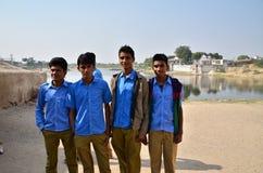 Jodhpur Indien - Januari 2, 2015: Gruppen av unga indiska män poserar Arkivfoto