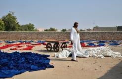 Jodhpur Indien - Januari 2, 2015: Textilarbetare i en liten fabrik i Jodhpur Arkivbilder