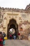 Jodhpur Indien - Januari 1, 2015: Det oidentifierade folket går till och med en port på det Mehrangarh fortet Royaltyfri Foto