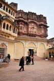 Jodhpur Indien - Januari 1, 2015: Turist- besökMehrangarh fort Royaltyfria Foton