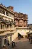 Jodhpur Indien - Januari 1, 2015: Turist- besökMehrangarh fort Royaltyfri Bild