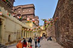 Jodhpur Indien - Januari 1, 2015: Turist- besökMehrangarh fort Arkivbild