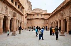 Jodhpur Indien - Januari 1, 2015: Turist- besökUmaid Bhawan slott Royaltyfri Fotografi