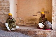 JODHPUR INDIEN - SERT 20: Indiska musiker i traditionell klänning Arkivfoton