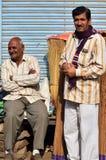 Jodhpur, la India - 1 de enero de 2015: El hombre indio presenta orgulloso en Jodhpur, la India Imagen de archivo libre de regalías