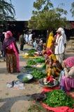 Jodhpur, la India - 2 de enero de 2015: Gente india que hace compras en el mercado callejero vegetal típico en la India Imagenes de archivo