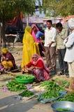 Jodhpur, la India - 2 de enero de 2015: Gente india que hace compras en el mercado callejero vegetal típico en la India Fotografía de archivo