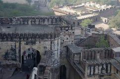 JODHPUR, RAJASTHÁN, la INDIA, turista en el fuerte de Mehrangarh o de Mehran, visión aérea imagen de archivo