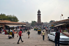 Jodphur,印度- 2015年1月1日:购物在市场上的未认出的人民在钟楼下 免版税库存图片