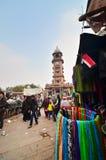Jodphur, India - 1° gennaio 2015: Gente non identificata che compera al mercato sotto la torre di orologio a Jodhpur Immagine Stock Libera da Diritti