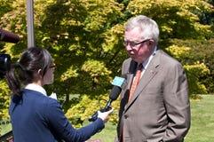 Joe Clark habla a las noticias. Foto de archivo libre de regalías