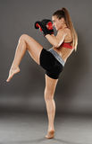 Joelho batido da jovem mulher do kickbox Imagem de Stock Royalty Free