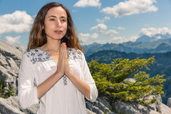 Jog kobieta medytuje outdoors w naturze Fotografia Stock