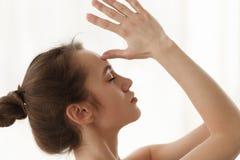 Jog kobieta Robi medytacji ćwiczeniu, Namaste ręki czoło fotografia stock