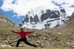 Joga blisko Wspina się Kailash himalajów pasma Tybet Kailas yatra Zdjęcia Stock