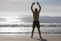 joga czyni człowieka na plaży Zdjęcia Royalty Free