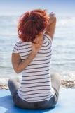 Joga de execução da mulher na costa de mar Imagens de Stock Royalty Free
