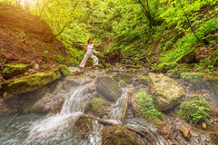 Joga de la relajación en bosque en la cascada Actitud de Virabhadrasana Imágenes de archivo libres de regalías