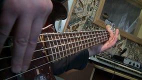 Joga a guitarra-baixo video estoque