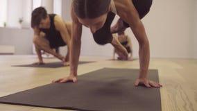 Joga klasa Kobieta robi joga asanas zdjęcie wideo