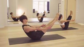 Joga klasa Ludzie robi joga asanas zdjęcie wideo