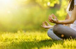 Joga kobieta medytuje przy zmierzchem obrazy stock