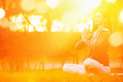 Joga kobieta medytuje przy zmierzchem zdjęcie stock