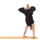 Joga lekcje Wizerunek robi handstand instruktor Zdjęcia Royalty Free
