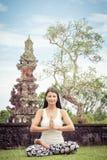 joga Młoda kobieta robi joga ćwiczeniu plenerowemu zdjęcia stock
