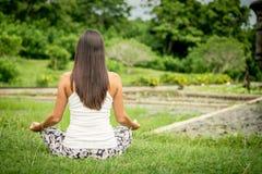 joga Młoda kobieta robi joga ćwiczeniu plenerowemu fotografia royalty free