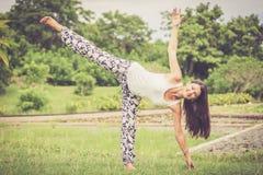 joga Młoda kobieta robi joga ćwiczeniu plenerowemu fotografia stock