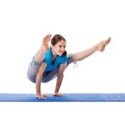 Joga - młoda piękna kobieta robi joga asana excerise odizolowywającemu Obrazy Stock