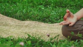 Joga mata kłaść na trawie zbiory wideo
