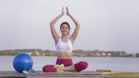 Joga medytacja, młoda szczęśliwa jog kobieta w lotosowej pozycji robi joga i przyjemności duchowym calmnes na naturze zbiory