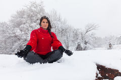 Joga medytacja w śniegu Zdjęcie Royalty Free