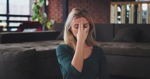 Joga medytacja w ranek młodej damie ćwiczy w domu w żywym pokoju z nowożytnym projektem, zbliżenie przed zdjęcie wideo