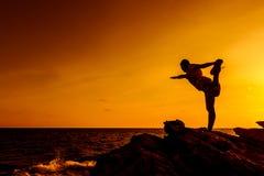 Joga na halnym zmierzchu Sport i zdrowy obraz royalty free