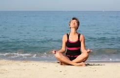 joga na plaży Fotografia Royalty Free