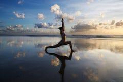 joga na plaży Obrazy Royalty Free