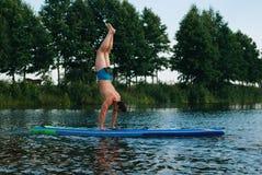 Joga na SUP desce, wodni ćwiczenia, Obrazy Stock