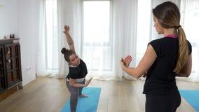 Joga nauczyciel ogląda ucznia robić joga sekwenci zbiory
