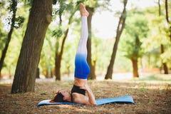 Joga outdoors - sporty dysponowana kobieta robi joga w jesień lesie tła plamy kwiat spojrzenie lubi spojrzenia s Zdjęcie Royalty Free