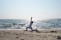 Joga poza przy plażą Fotografia Stock